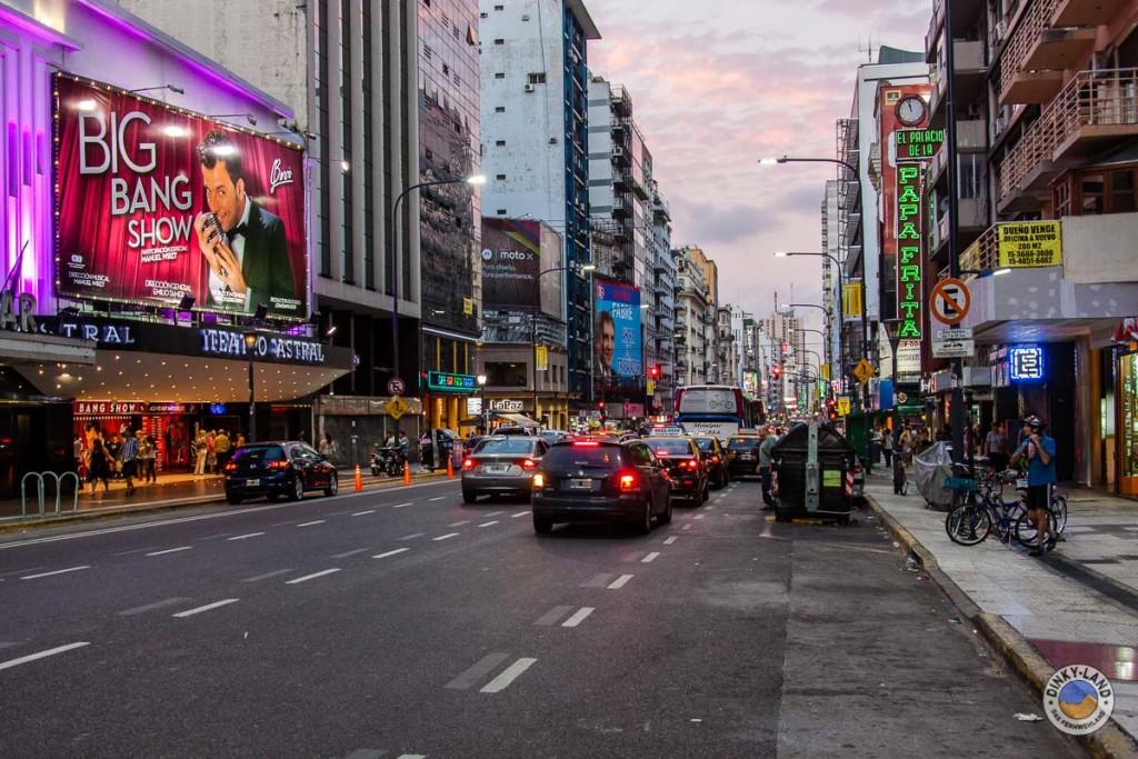 Die Avenida Corrientes in Buenos Aires